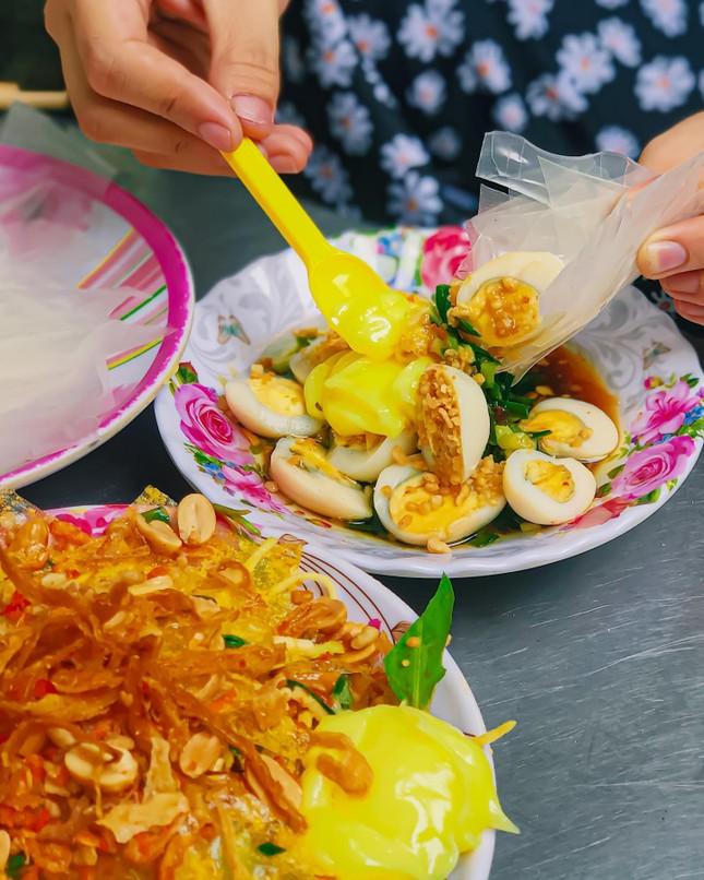 Món ngon Sài Gòn: Một cuộc hẹn thơm béo với gà nướng phô mai và bánh tráng chấm bơ ảnh 4