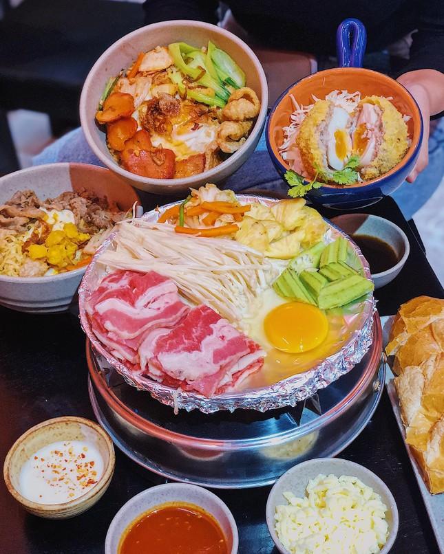 Món ngon Sài Gòn: Một cuộc hẹn thơm béo với gà nướng phô mai và bánh tráng chấm bơ ảnh 1