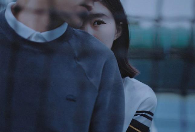 Tại sao một cái nắm tay công khai vẫn đáng giá hơn cả ngàn nụ hôn trong bóng tối? ảnh 1