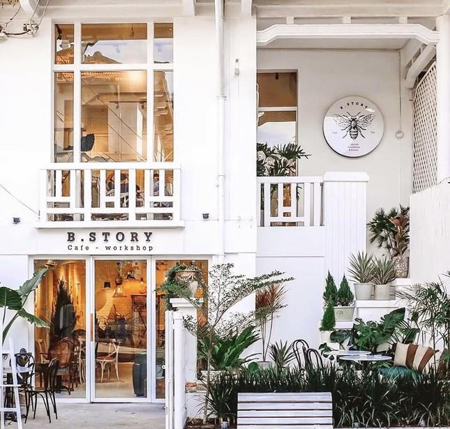 """Những tiệm cà phê đẹp lung linh hệt như """"châu Âu thu nhỏ"""" giữa lòng Sài Gòn ảnh 1"""