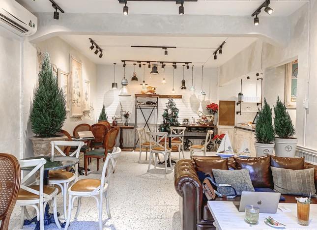 """Những tiệm cà phê đẹp lung linh hệt như """"châu Âu thu nhỏ"""" giữa lòng Sài Gòn ảnh 3"""