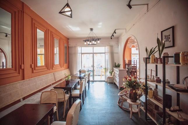 """Những tiệm cà phê đẹp lung linh hệt như """"châu Âu thu nhỏ"""" giữa lòng Sài Gòn ảnh 4"""
