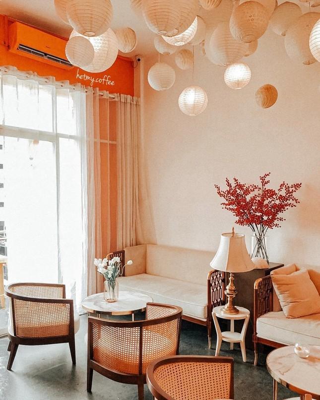 """Những tiệm cà phê đẹp lung linh hệt như """"châu Âu thu nhỏ"""" giữa lòng Sài Gòn ảnh 7"""