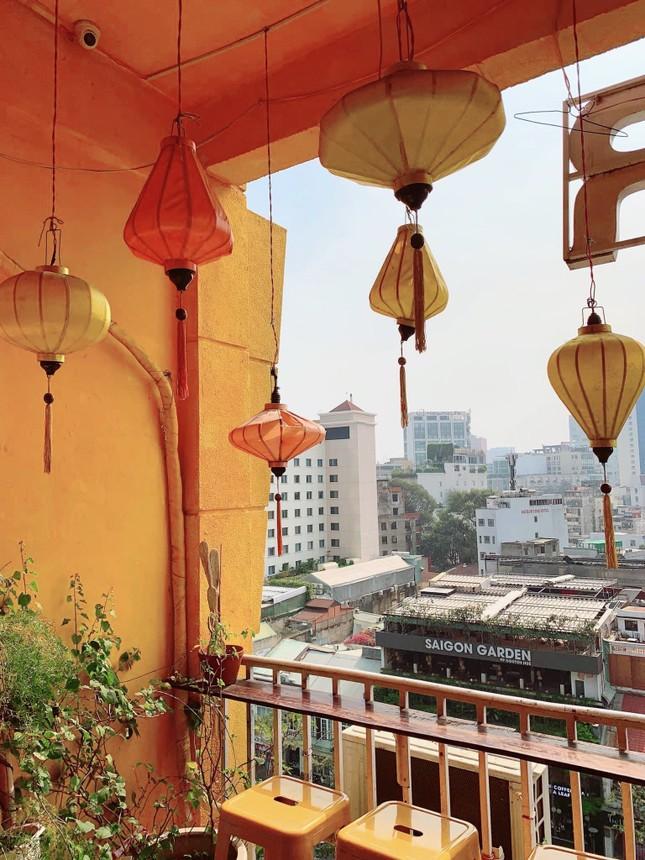 """Những tiệm cà phê đẹp lung linh hệt như """"châu Âu thu nhỏ"""" giữa lòng Sài Gòn ảnh 5"""