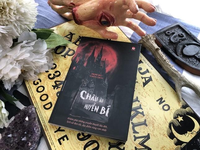 """Sách hay mùa Halloween: Trải nghiệm """"du lịch đen"""" nơi Châu Âu huyền bí ảnh 2"""
