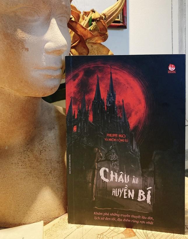 """Sách hay mùa Halloween: Trải nghiệm """"du lịch đen"""" nơi Châu Âu huyền bí ảnh 1"""
