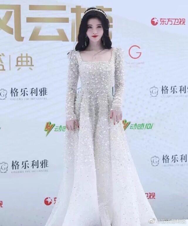 """""""Mỹ nữ 4000 năm"""" Cúc Tịnh Y bỗng gặp rắc rối vì chiếc váy """"phiên bản giới hạn"""" ảnh 1"""