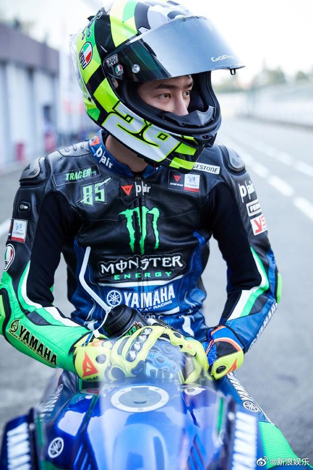 Vương Nhất Bác gặp tai nạn khi đua xe, kết quả phân xử của Ban tổ chức làm netizen phẫn nộ ảnh 2