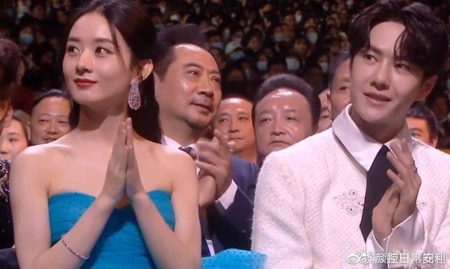 """Triệu Lệ Dĩnh và Vương Nhất Bác ngồi kế nhau ở Kim Ưng, dân mạng réo """"Chiếu phim lẹ đi!"""" ảnh 2"""