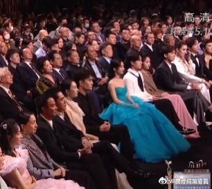 """Triệu Lệ Dĩnh và Vương Nhất Bác ngồi kế nhau ở Kim Ưng, dân mạng réo """"Chiếu phim lẹ đi!"""" ảnh 1"""