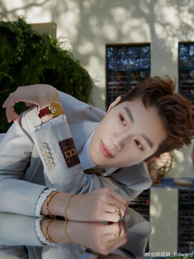 Cựu thành viên Wanna One Lại Quán Lâm gây bức xúc vì hút thuốc và nhổ bậy nơi công cộng ảnh 3
