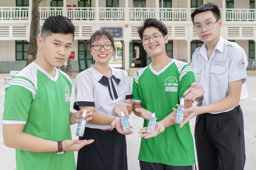 Bất ngờ chưa, người chế ra nước rửa tay diệt khuẩn 99.9999% là 2 học sinh lớp 11 ảnh 2