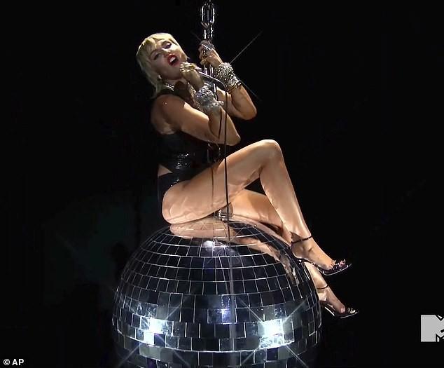 """VMAs 2020: Miley Cyrus trình diễn đu người, kỷ nguyên """"Wrecking Ball"""" sắp trở lại? ảnh 1"""