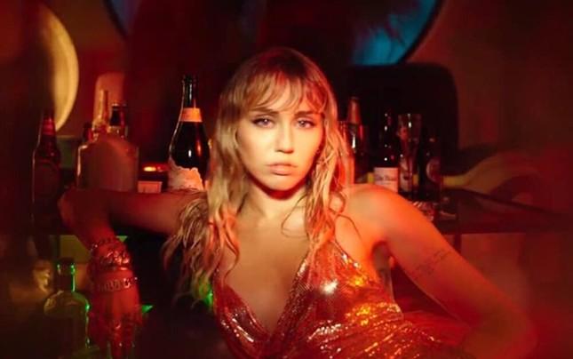 """VMAs 2020: Miley Cyrus trình diễn đu người, kỷ nguyên """"Wrecking Ball"""" sắp trở lại? ảnh 5"""
