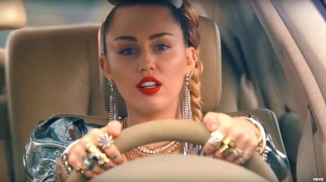 """VMAs 2020: Miley Cyrus trình diễn đu người, kỷ nguyên """"Wrecking Ball"""" sắp trở lại? ảnh 6"""