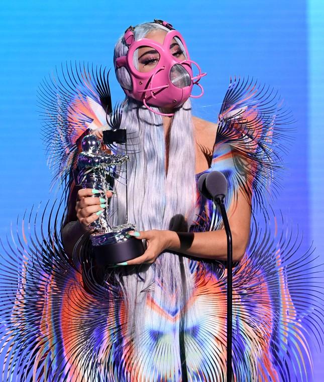 """VMAs 2020: Lady Gaga chiếm sóng với """"bộ sưu tập"""" thời trang vừa ngầu vừa đẳng cấp ảnh 3"""
