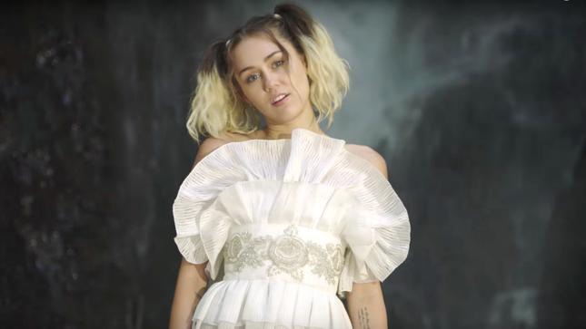 """VMAs 2020: Miley Cyrus trình diễn đu người, kỷ nguyên """"Wrecking Ball"""" sắp trở lại? ảnh 3"""