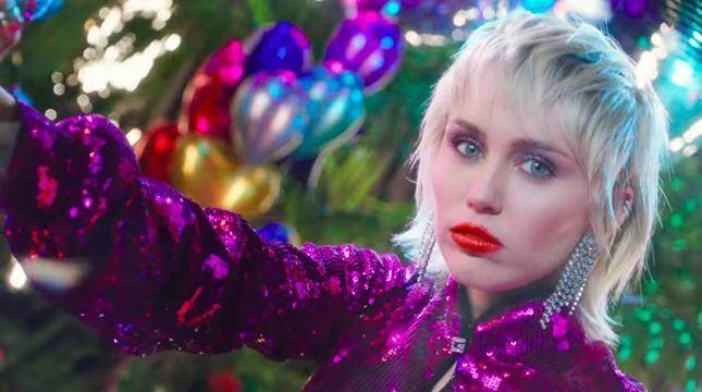"""VMAs 2020: Miley Cyrus trình diễn đu người, kỷ nguyên """"Wrecking Ball"""" sắp trở lại? ảnh 7"""