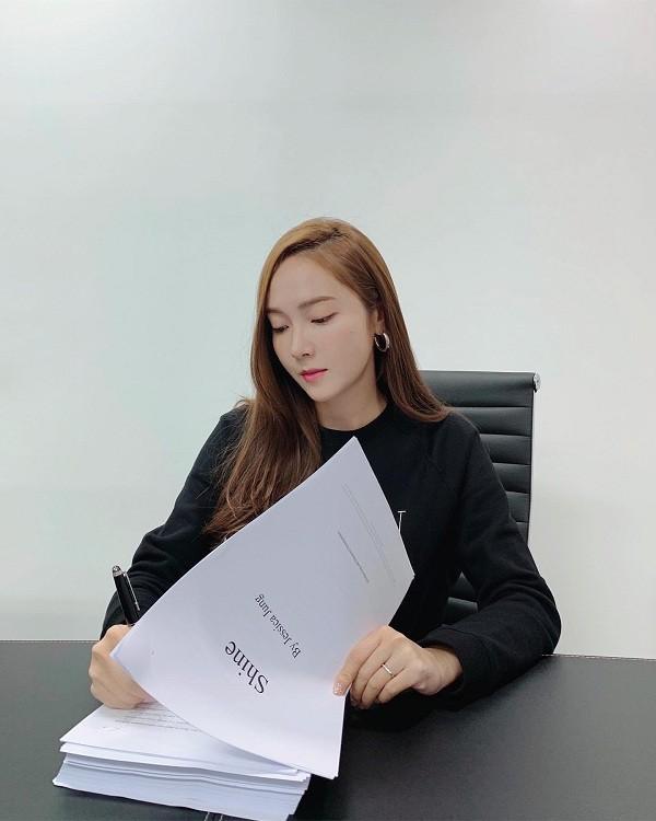 Tiểu thuyết đầu tay của Jessica Jung: Fan quốc tế lùng mua bản tiếng Việt ảnh 2