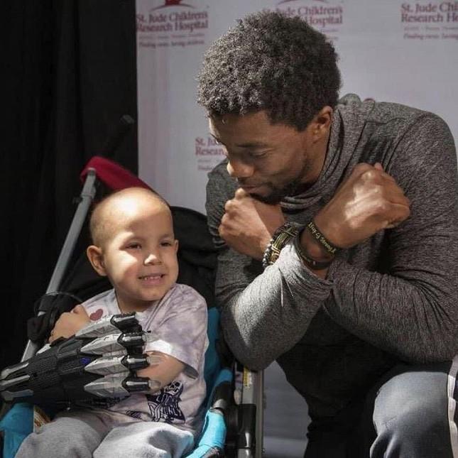 """Cảm động khi """"Black Panther"""" Chadwick Boseman tiếp thêm sức mạnh cho trẻ mắc bệnh ung thư ảnh 4"""
