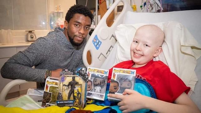 """Cảm động khi """"Black Panther"""" Chadwick Boseman tiếp thêm sức mạnh cho trẻ mắc bệnh ung thư ảnh 1"""