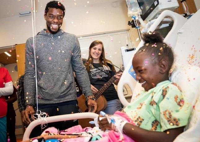 """Cảm động khi """"Black Panther"""" Chadwick Boseman tiếp thêm sức mạnh cho trẻ mắc bệnh ung thư ảnh 2"""