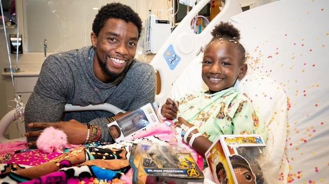 """Cảm động khi """"Black Panther"""" Chadwick Boseman tiếp thêm sức mạnh cho trẻ mắc bệnh ung thư ảnh 3"""