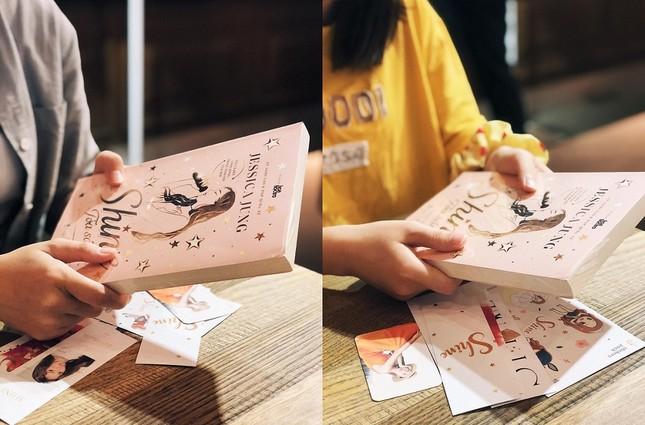 """""""Shine"""" của Jessica Jung: Fan háo hức cầm trên tay những cuốn sách đầu tiên ảnh 1"""