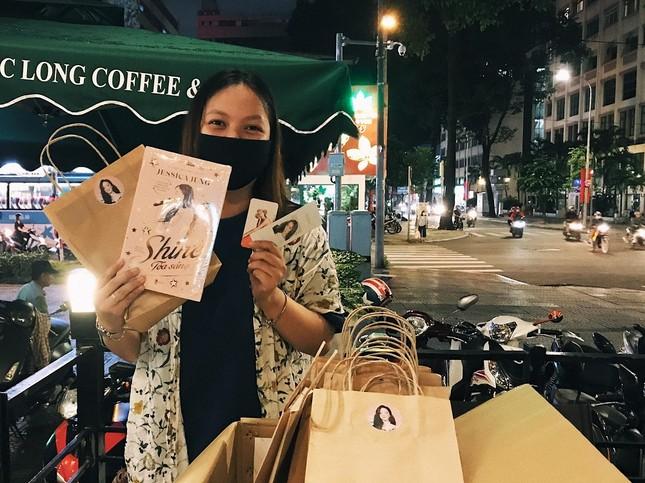 """""""Shine"""" của Jessica Jung: Fan háo hức cầm trên tay những cuốn sách đầu tiên ảnh 2"""