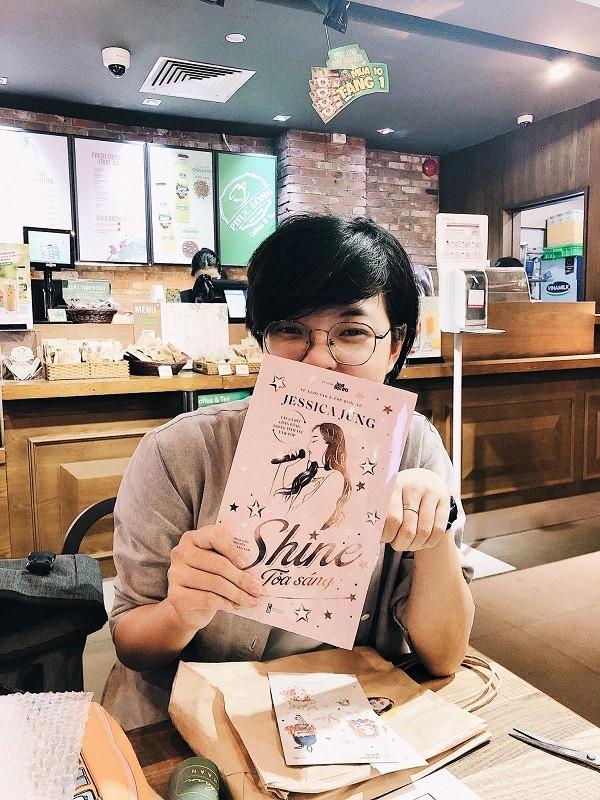"""""""Shine"""" của Jessica Jung: Fan háo hức cầm trên tay những cuốn sách đầu tiên ảnh 4"""