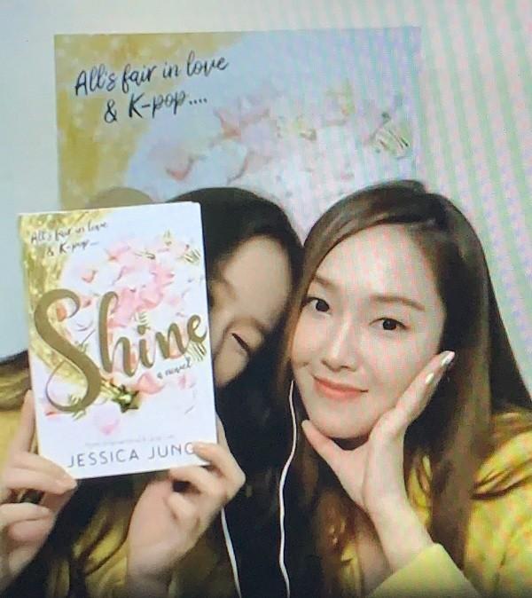 """Độc giả đáng yêu nhất của """"Shine"""": Không ai khác ngoài Krystal, luôn ủng hộ Jessica! ảnh 4"""