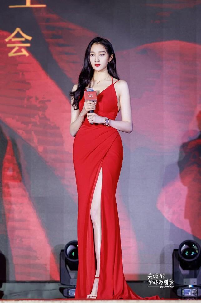 """Quan Hiểu Đồng diện đầm đỏ xinh đẹp hút hồn đến mức khiến netizen Trung """"dậy sóng"""" ảnh 1"""