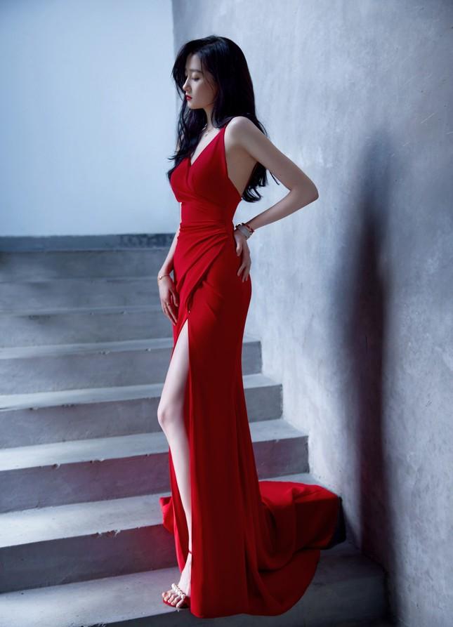 """Quan Hiểu Đồng diện đầm đỏ xinh đẹp hút hồn đến mức khiến netizen Trung """"dậy sóng"""" ảnh 4"""