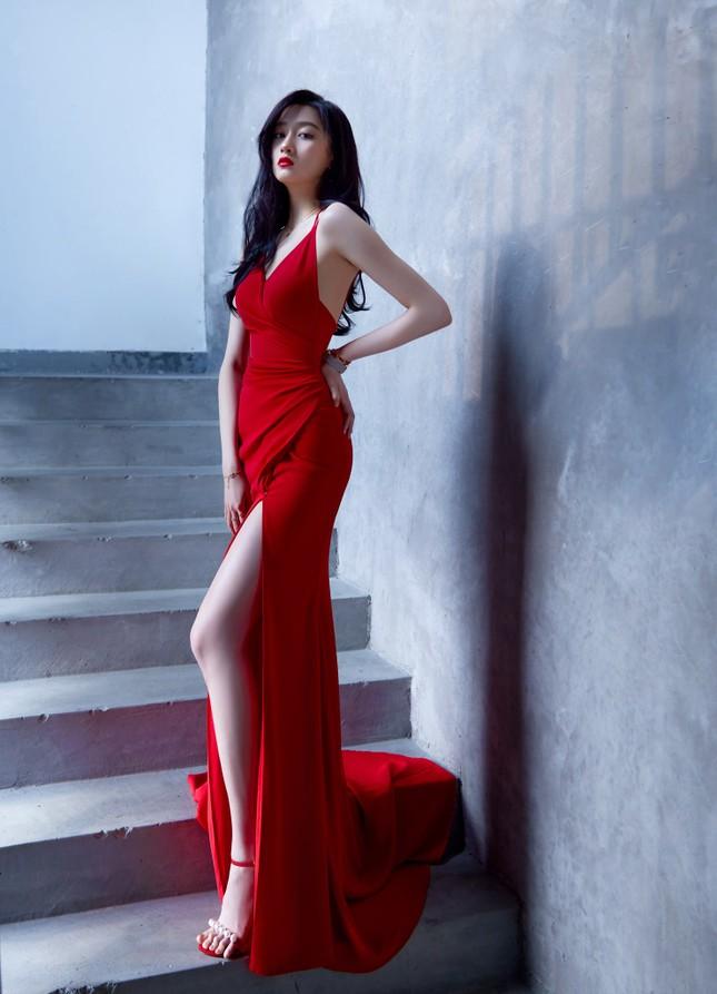 """Quan Hiểu Đồng diện đầm đỏ xinh đẹp hút hồn đến mức khiến netizen Trung """"dậy sóng"""" ảnh 2"""