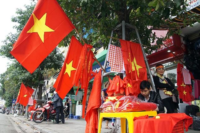 Băng rôn, cờ đỏ cổ vũ U23 Việt Nam bán ngập phố Hà Nội ảnh 1