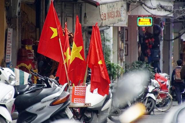 Băng rôn, cờ đỏ cổ vũ U23 Việt Nam bán ngập phố Hà Nội ảnh 2