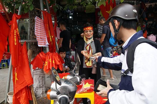 Băng rôn, cờ đỏ cổ vũ U23 Việt Nam bán ngập phố Hà Nội ảnh 3