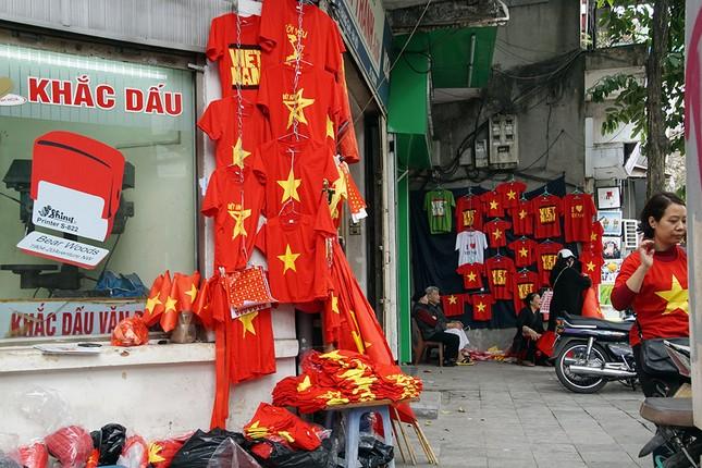 Băng rôn, cờ đỏ cổ vũ U23 Việt Nam bán ngập phố Hà Nội ảnh 4