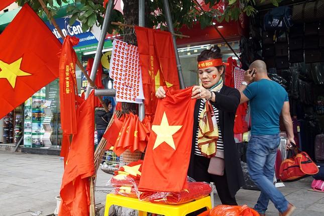 Băng rôn, cờ đỏ cổ vũ U23 Việt Nam bán ngập phố Hà Nội ảnh 5