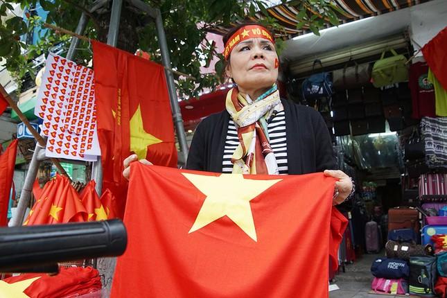 Băng rôn, cờ đỏ cổ vũ U23 Việt Nam bán ngập phố Hà Nội ảnh 6