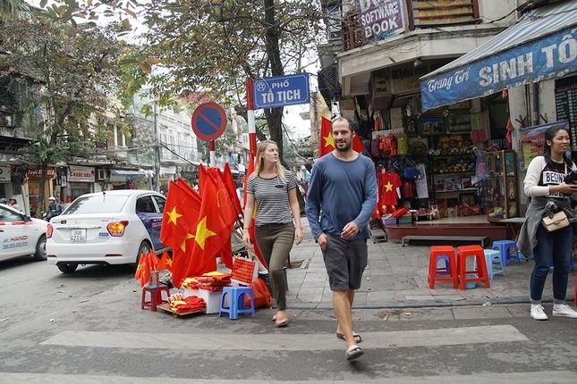 Băng rôn, cờ đỏ cổ vũ U23 Việt Nam bán ngập phố Hà Nội ảnh 7