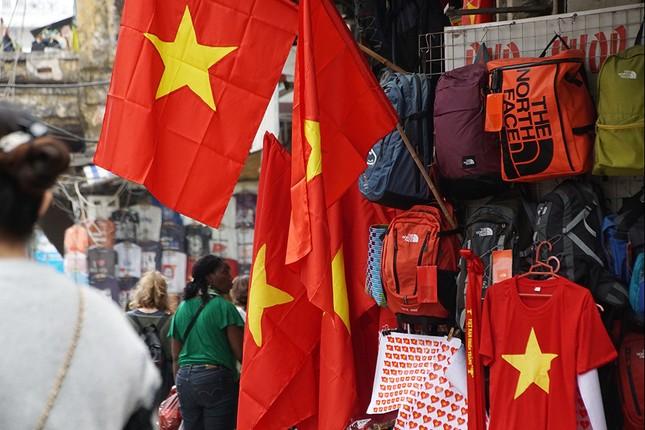 Băng rôn, cờ đỏ cổ vũ U23 Việt Nam bán ngập phố Hà Nội ảnh 8