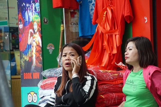 Băng rôn, cờ đỏ cổ vũ U23 Việt Nam bán ngập phố Hà Nội ảnh 9