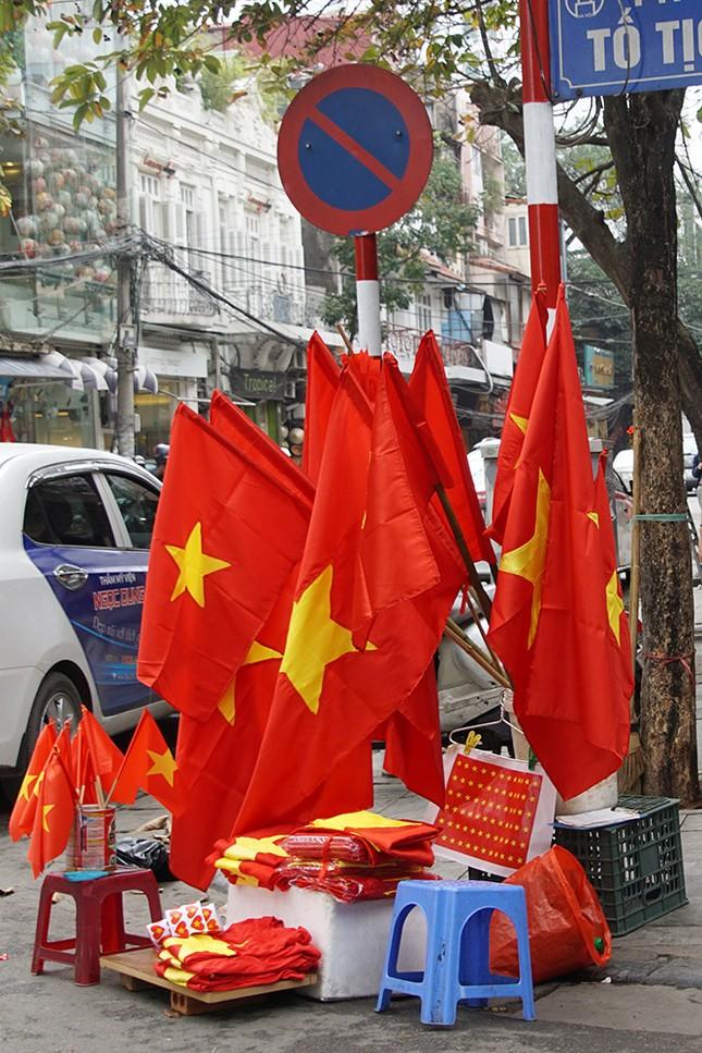 Băng rôn, cờ đỏ cổ vũ U23 Việt Nam bán ngập phố Hà Nội ảnh 10