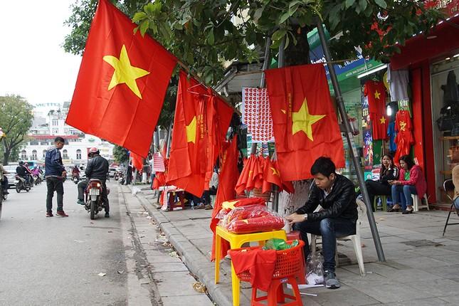 Băng rôn, cờ đỏ cổ vũ U23 Việt Nam bán ngập phố Hà Nội ảnh 11