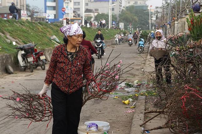 Đào Nhật Tân 'bung lụa' đón Tết sớm ở chợ hoa Hà Nội ảnh 4