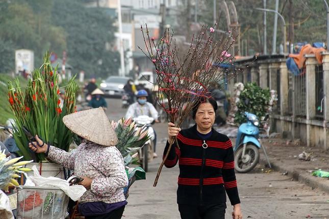 Đào Nhật Tân 'bung lụa' đón Tết sớm ở chợ hoa Hà Nội ảnh 6