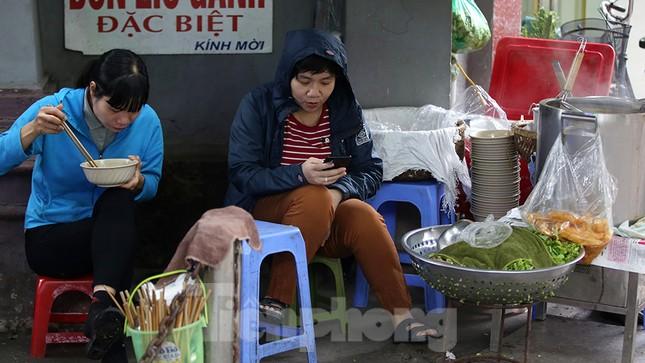 Người dân Hà Nội co ro trong cái lạnh của gió đầu mùa ảnh 5