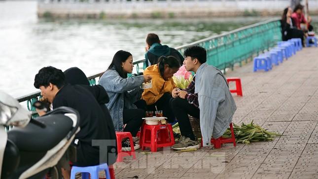 Người dân Hà Nội co ro trong cái lạnh của gió đầu mùa ảnh 7