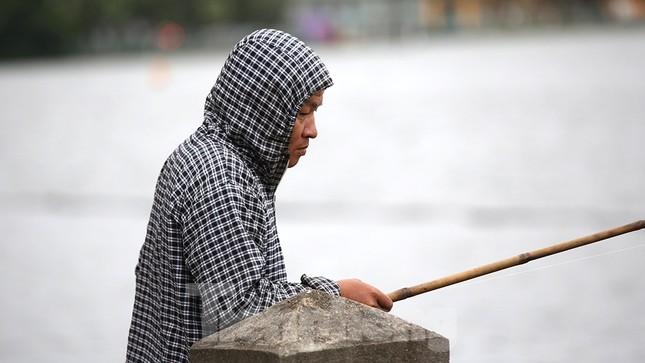 Người dân Hà Nội co ro trong cái lạnh của gió đầu mùa ảnh 10